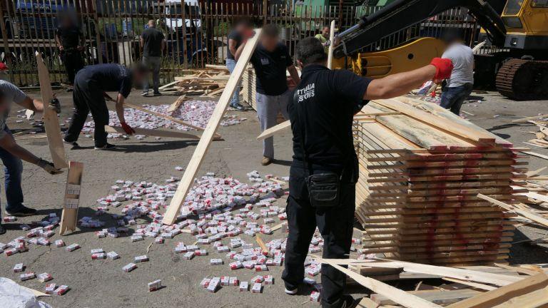 Спипаха контрабандни цигари за близо 1 млн. лева (снимки)
