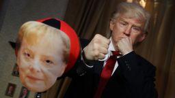 """Актьор, гримиран като Тръмп, """"нападна"""" Меркел в Музея на мадам Тюсо"""