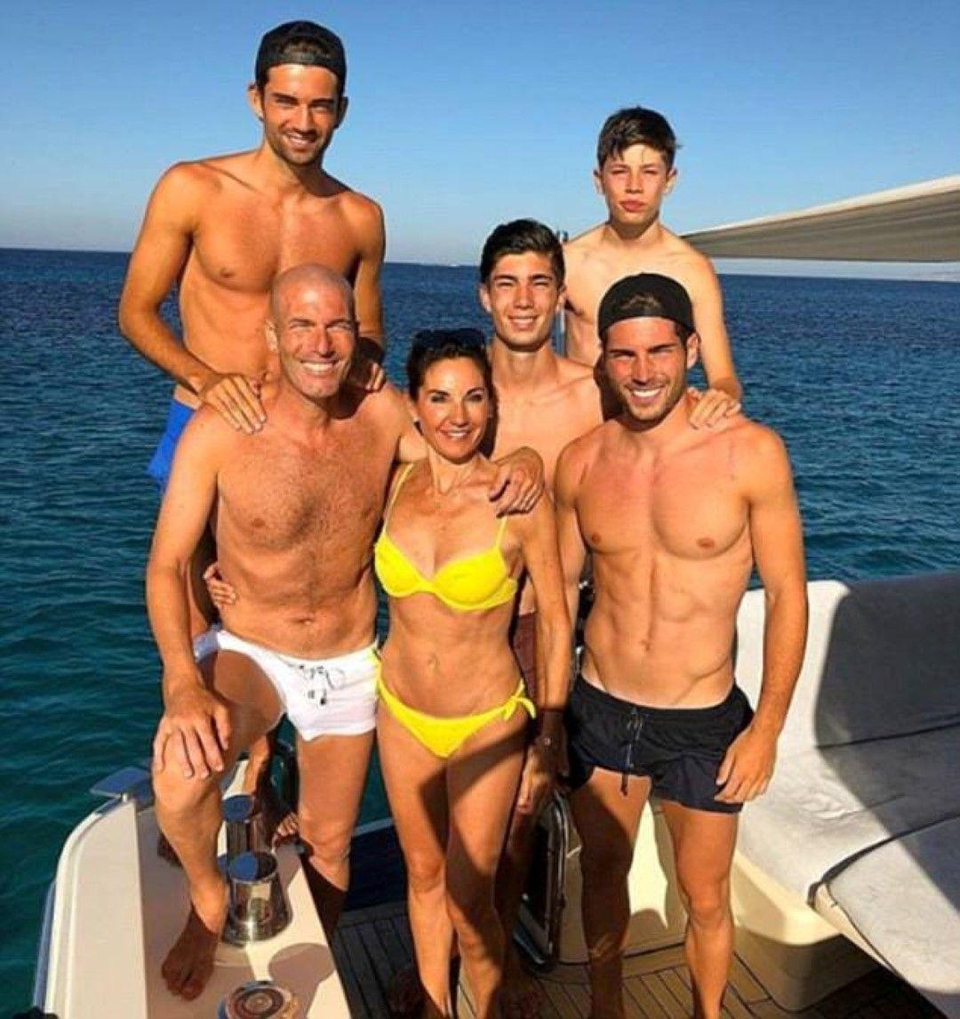 """Зинедин Язид Зидан - епоха във футбола като играч и треньор,   в момента се радва на ваканция след напускането на """"Реал"""". И   се появи снимка на семейството - със съпругата Вероник и с   четиримата синове."""
