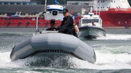 Прекратиха издирването на двете момчета във Варна, отнесени от вълна