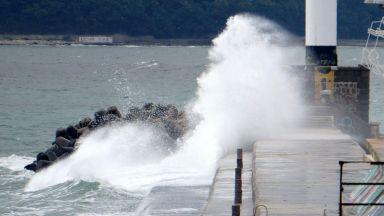 """Млад мъж спаси 2 деца от удавяне на вълнолома в """"Аспарухово"""""""