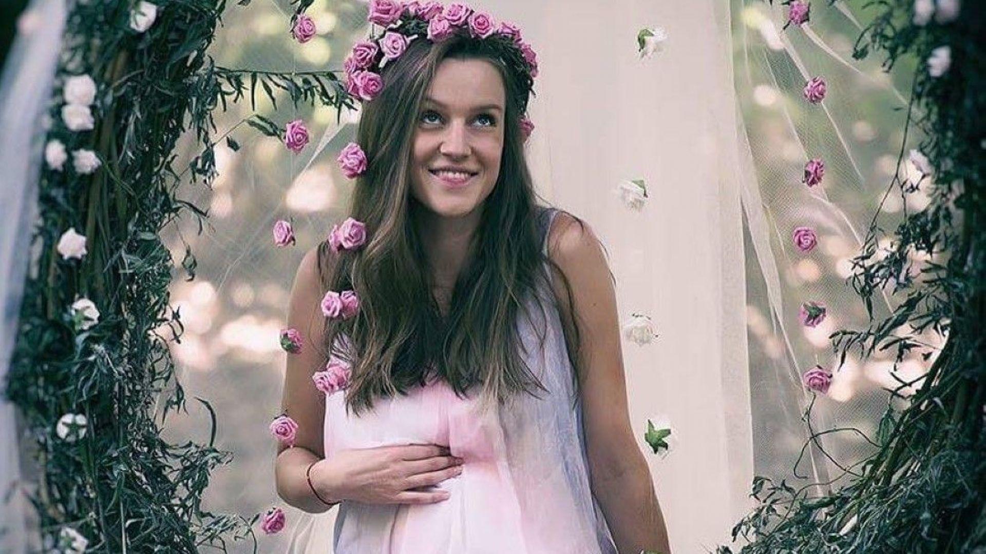 Бременната Дария показа наедряло коремче в нежна фотосесия