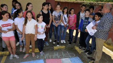 МОН облекчава кандидатстването и преместването на учениците