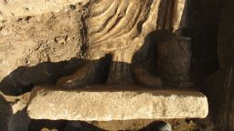 Късноримска статуя лежи под стълбището на Хераклея Синтика