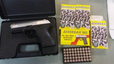 Хванаха румънец с  контрабандно внесен газов пистолет