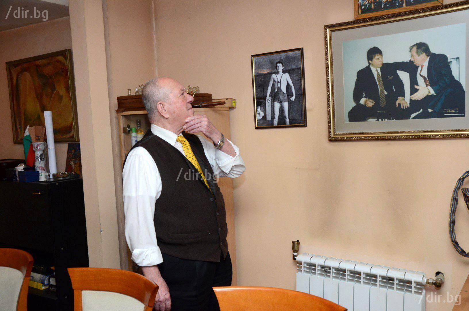 """Павел Найденов в кабинета си на ул. """"Калоян"""" пред снимките на сина си (Снимка: Иван Григоров)"""