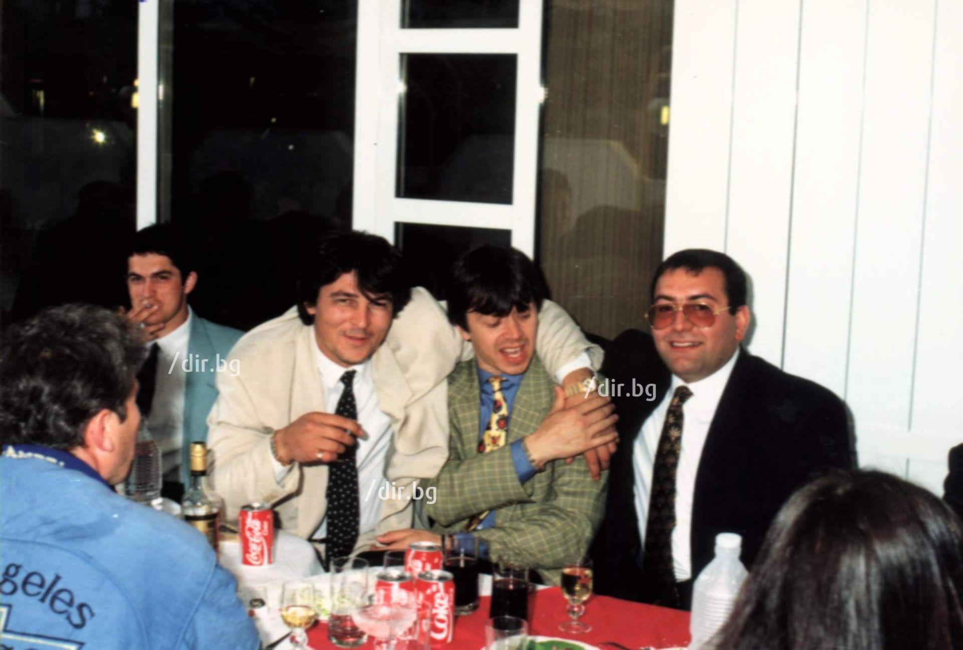 1994 г. С Румен Гайтански - Вълка и Боян Петракиев - Барона на сватбата на Георги Илиев (Снимка: Архив Дир.бг)