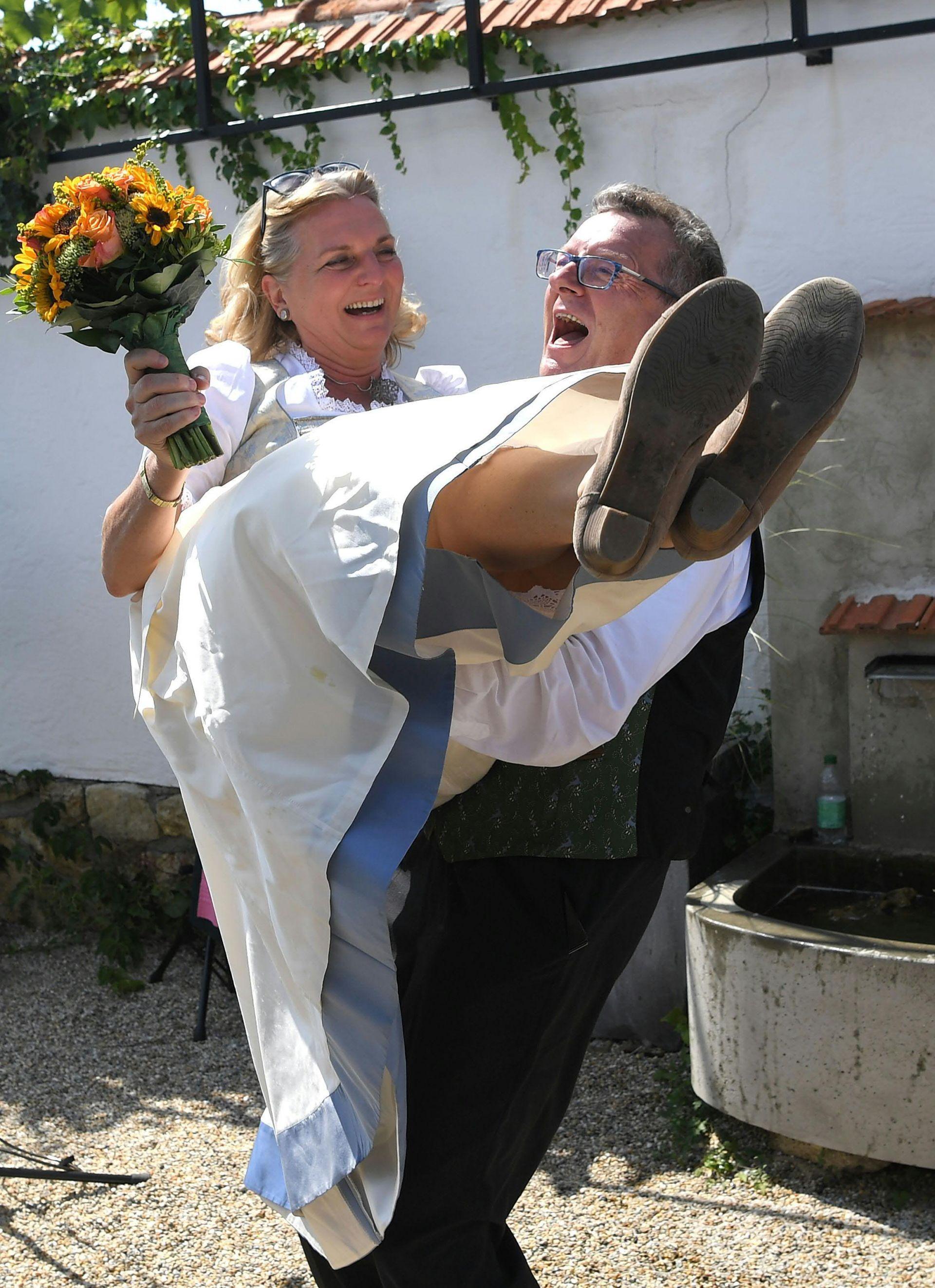 Щастливите младоженци