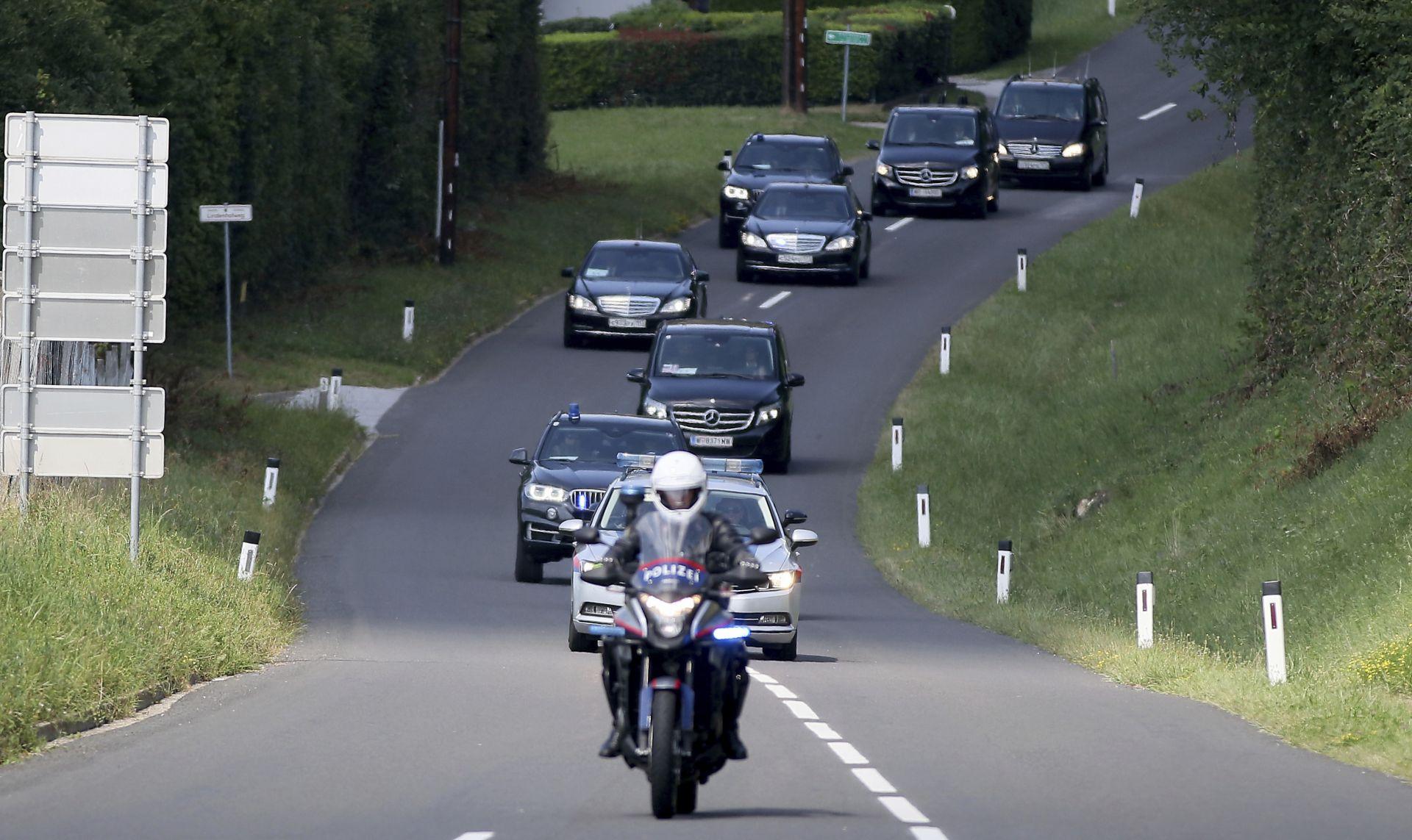 Путин пристигна на сватбата с голям ескорт