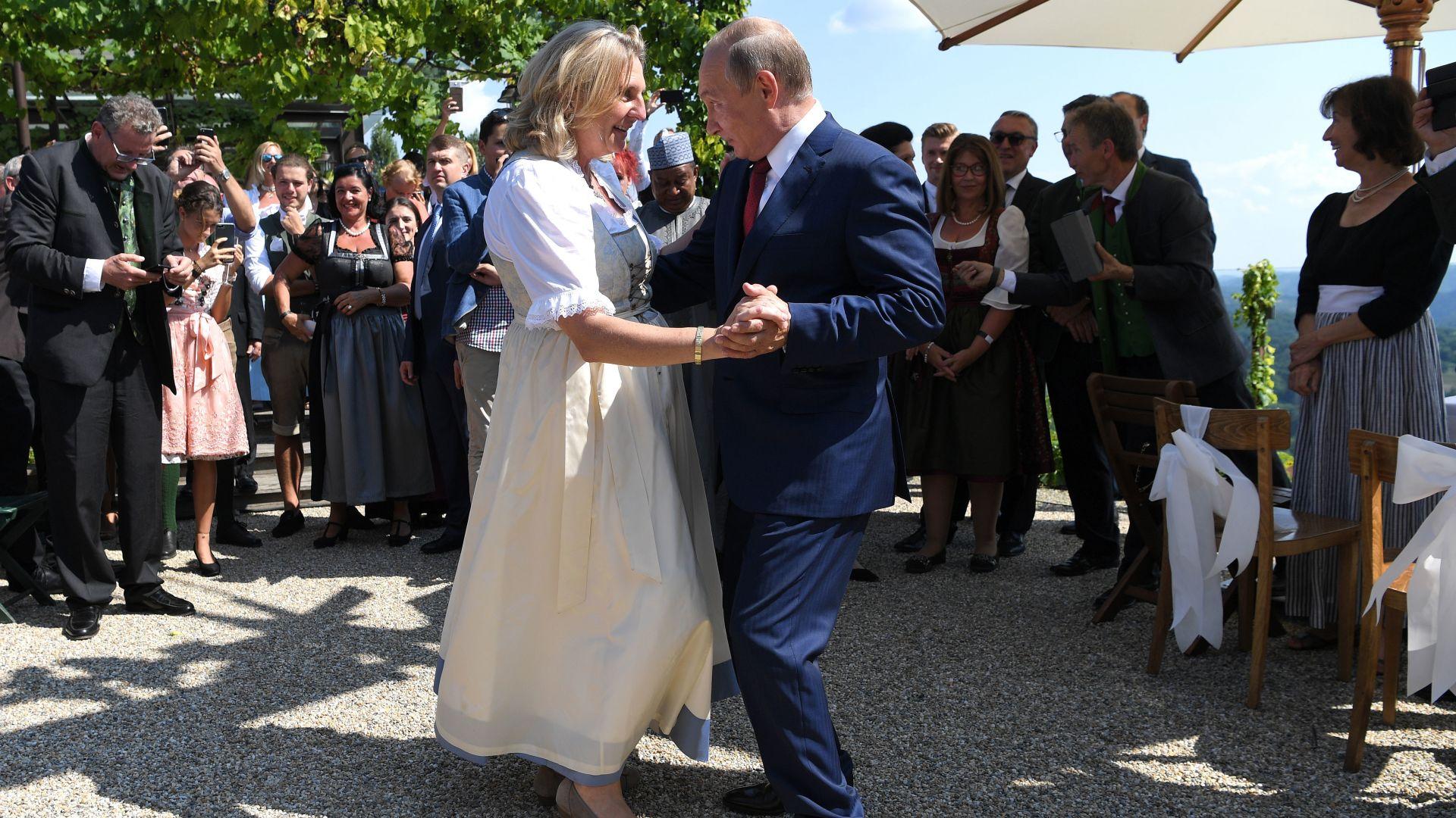 Путин доведе казашки хор на сватбата в Австрия (снимки)