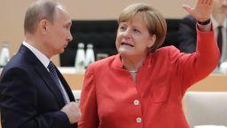Плакат на руски поздравява Путин на път за резиденцията на Меркел