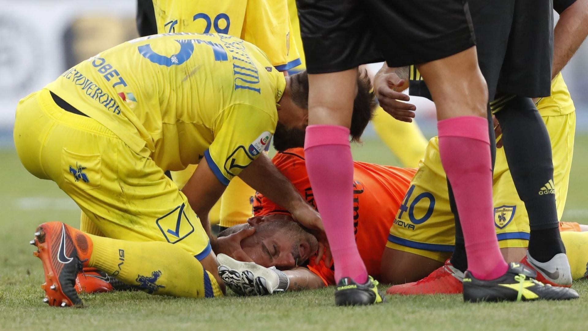 """Вратарят на """"Киево"""" от болницата: Кристиано, добре ме уцели!"""