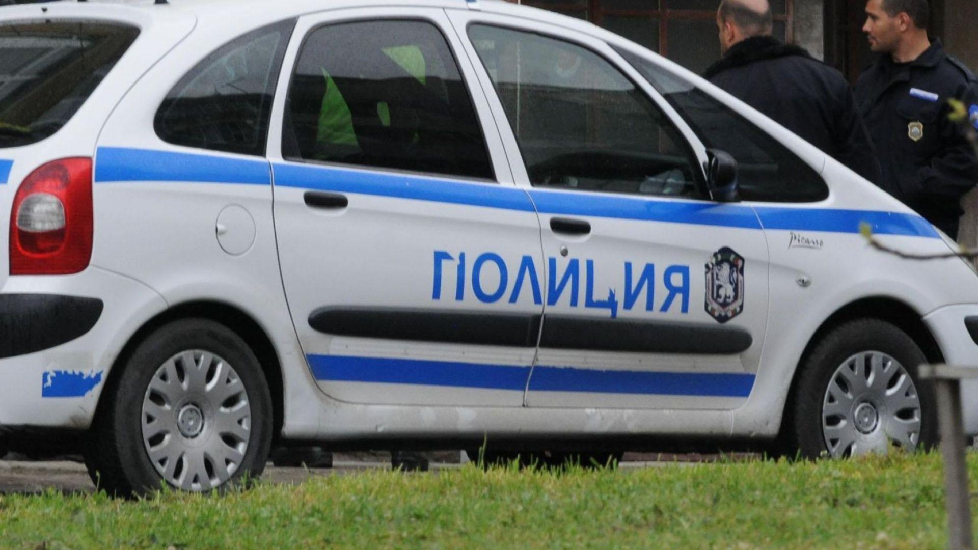 Мъж вади пистолет на продавачка във Варна, тя му хваща оръжието (снимки)