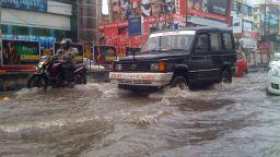 Над 300 жертви от катастрофалното наводнение в Керала (видео)