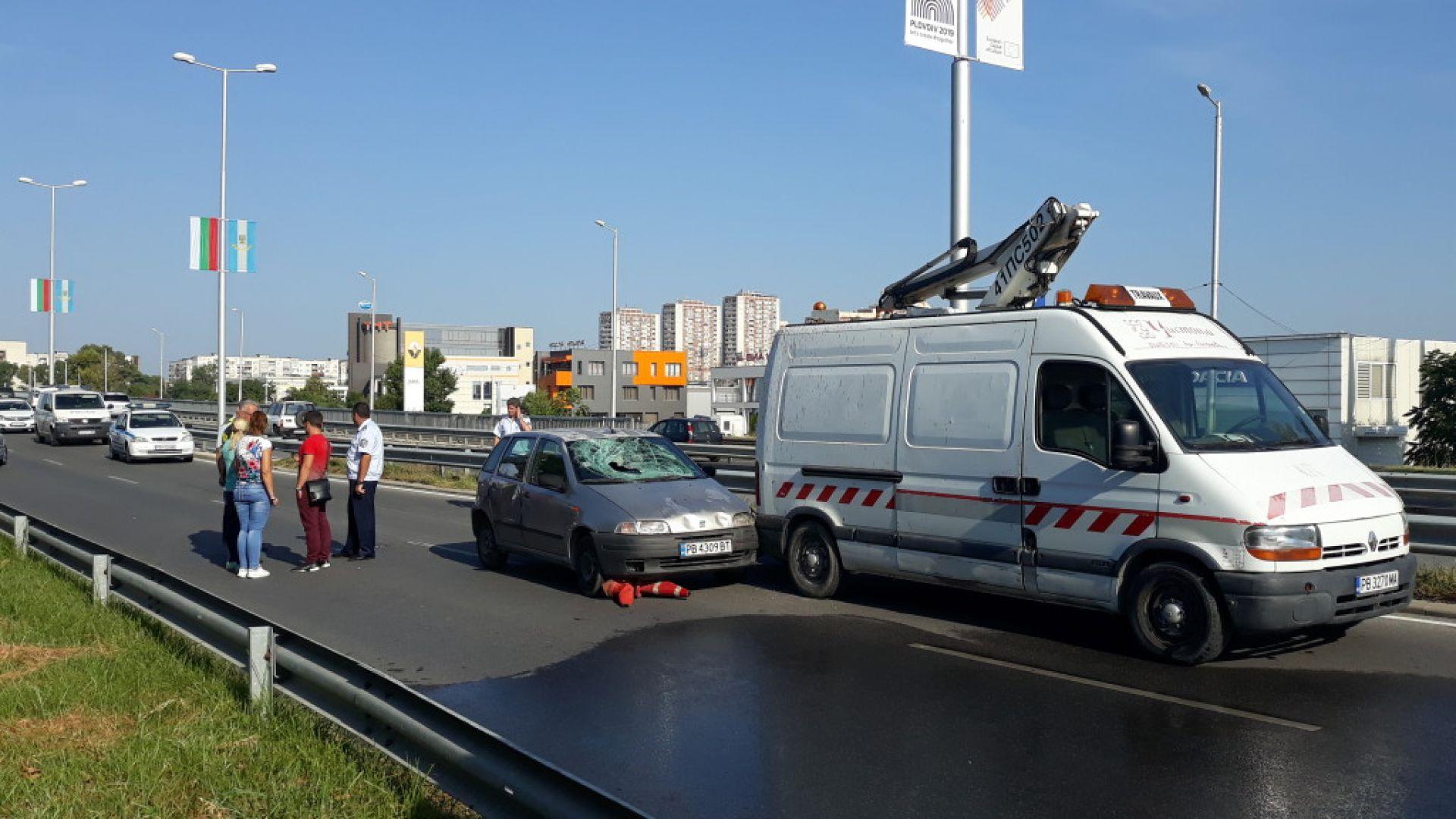 Шофьор прегази общински работник в Пловдив, докато сменя знамена