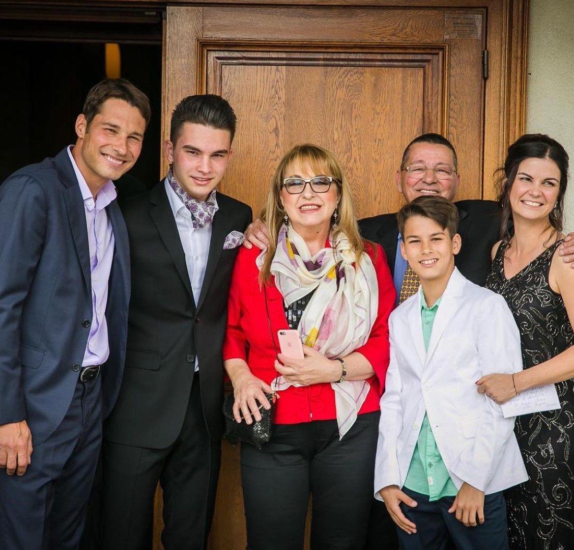 Марги Хранова и съпругът ѝ Кирил със семейството на сина им Кристиян