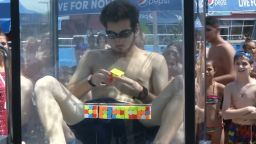 Тийнейджър с рекорд - подреди 6 кубчета на Рубик под вода