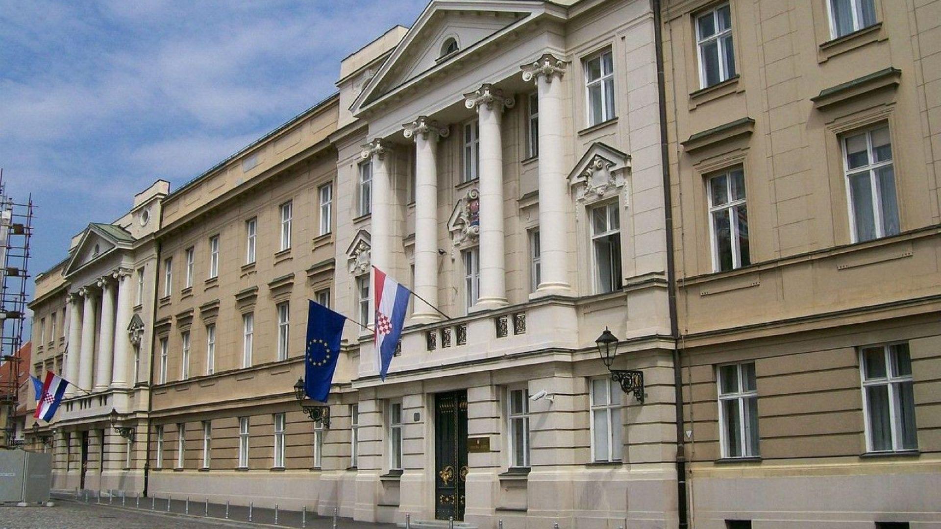 Хърватска журналистка изсипа  кофа с фекалии пред сградата на правителството