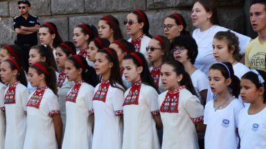 Детският хор на БНР протестира пред МС, Борисов се зае с казуса