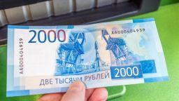 Рублата укрепна след разговора Байдън-Путин