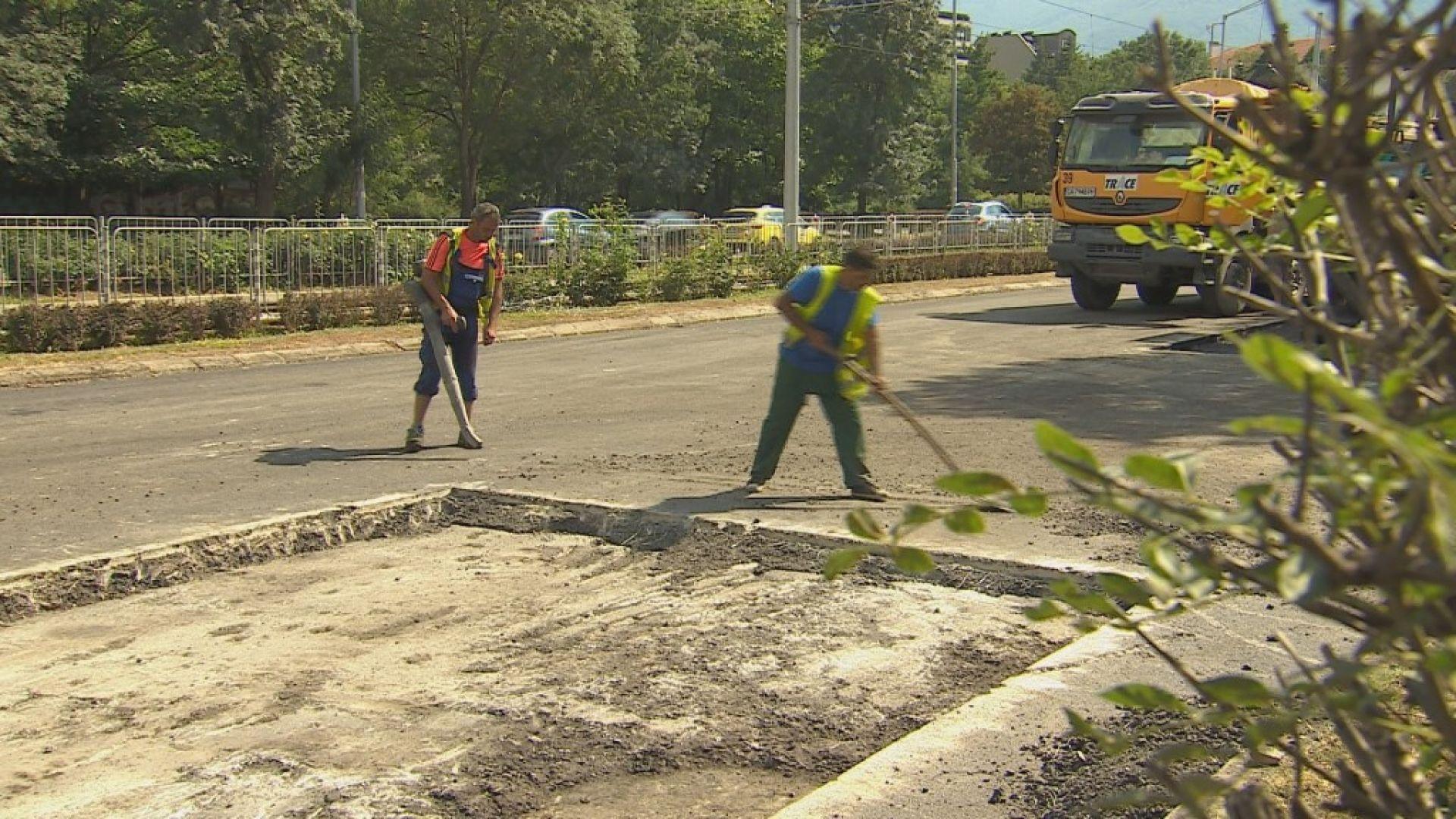"""Кърпят новия асфалт на столичния булевард """"България"""""""