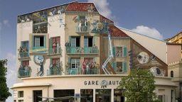 Художник превръща скучните фасади на сградите в ярки сцени, изпълнени с живот