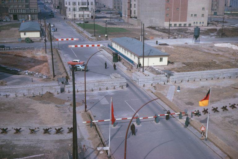 Историческият граничен пункт на стената между Източен и Западен Берлин Checkpoint Charlie