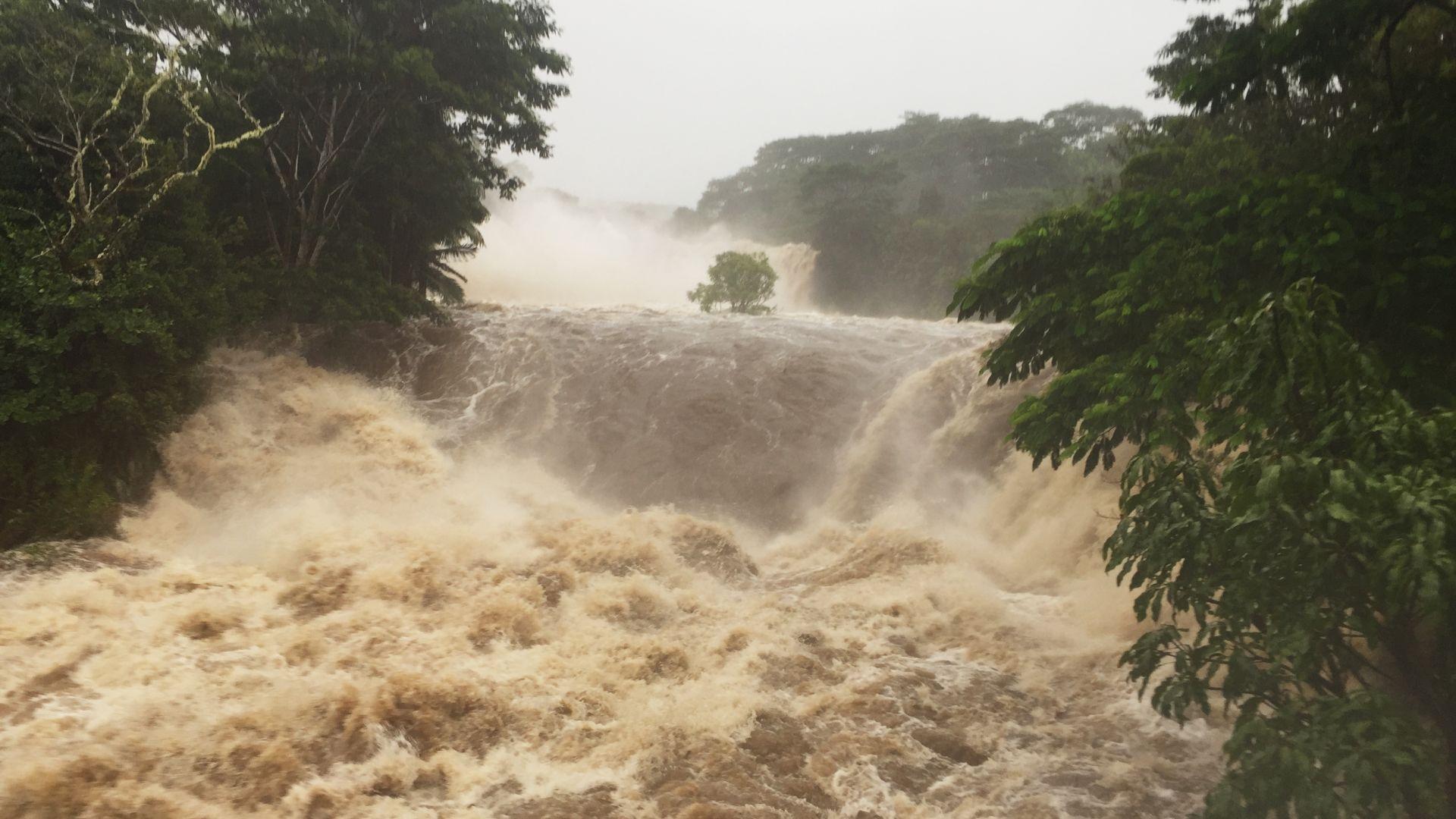 Порои и бури на Хаваите заради урагана Лейн, хората се презапасяват (видео)