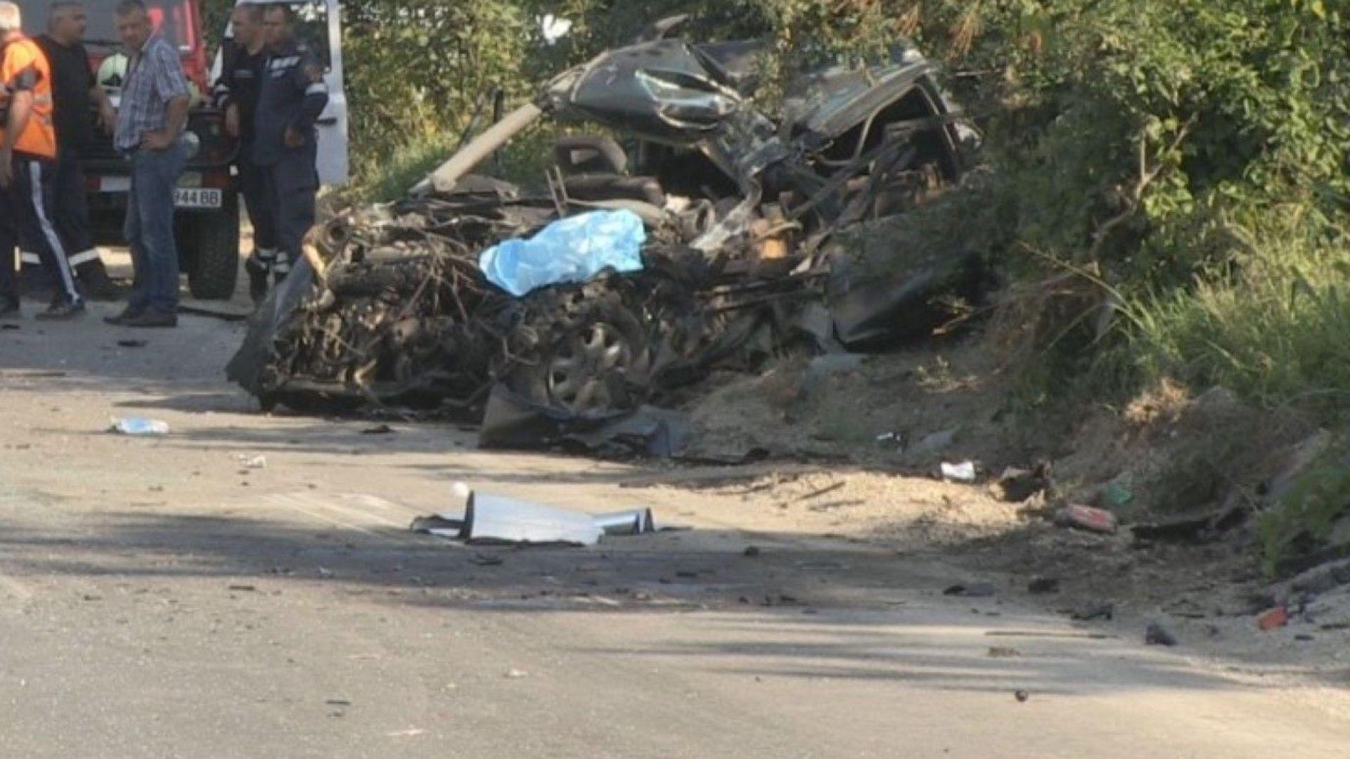 Шофьор загина след удар в камион с прасета и микробус (снимки)