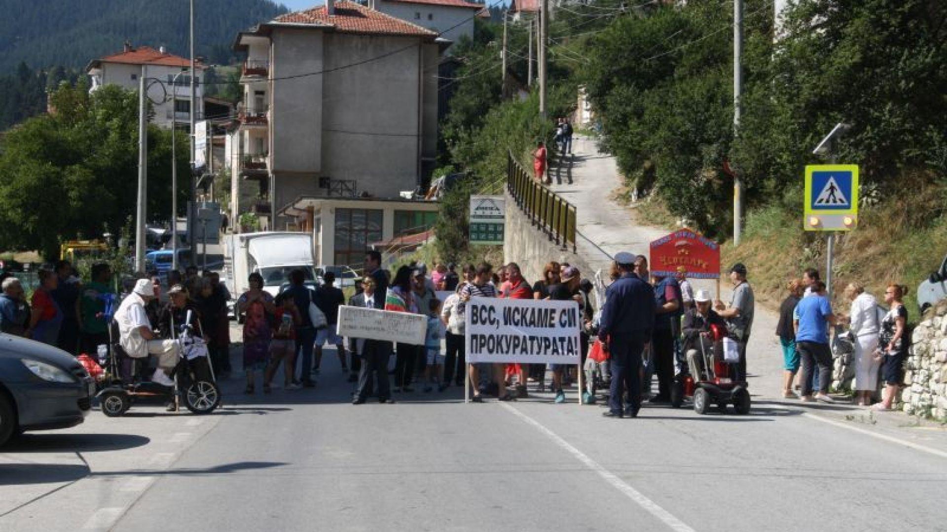 Жители на Чепеларе затвориха пътя Смолян - Пловдив, искат си прокуратурата