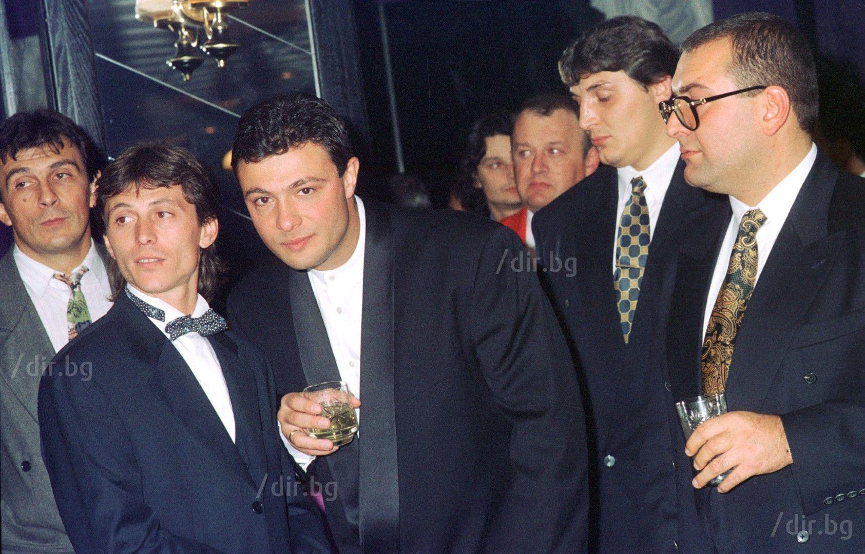 Георги Илиев и Николай Цветин (вляво от него) на купона по случай първия рожден ден на ВИС. Крайният вдясно е Филип Найденов-Фатик, който беше един от балансьорите на групировките.