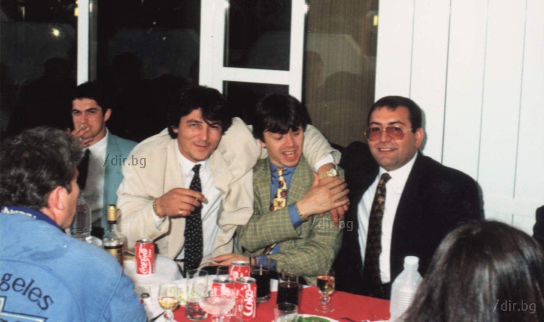 Боян Петракиев-Барона, Румен Гайтански-Вълка и Филип Найденов-Фатик (от ляво на дясно) на сватбата на Георги и Мая. Един от най-запомнящите се моменти от тържеството е, когато Фатик вади пистолет и стреля в ръката си.