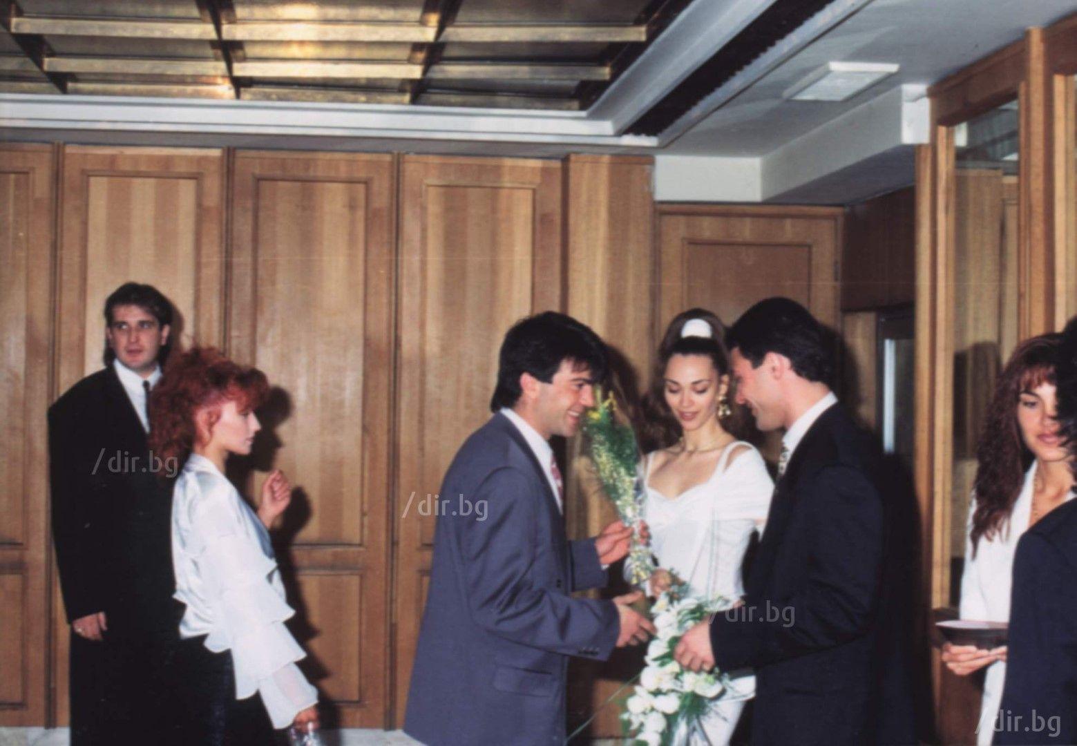 Злати Златев-Златистия поздравява младоженците.