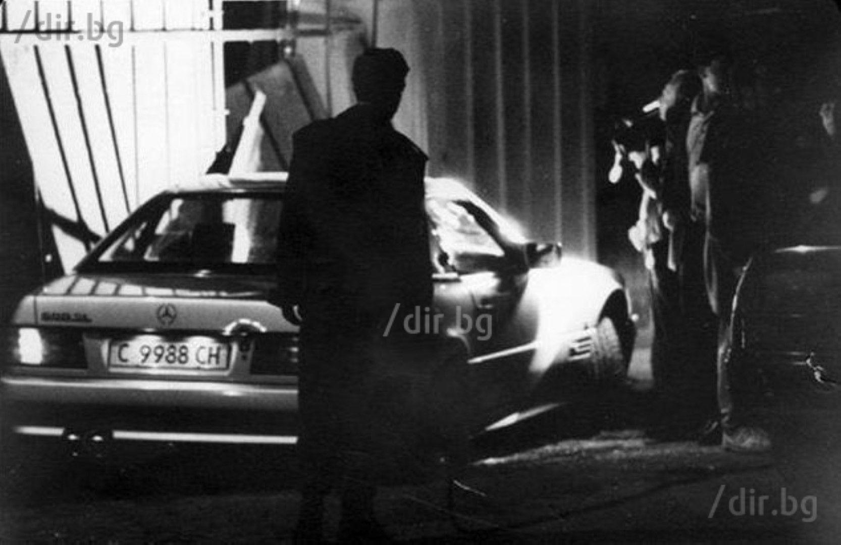 """25 април 1995 г. Васил Илиев загива сред дъжд от куршуми в мерцедеса си на разкопаната софийска улица """"Луи Айер"""". Създателят на емблематичната мутренска групировка отива към ресторант """"Мираж"""", станал сборище на прохождащия борчески елит, където ще празнува рождения ден на майка си Невена."""