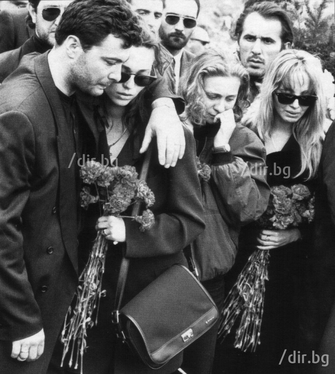 27 април 1995 г. Съсипаният от мъка Георги Илиев на погребението на брат си на кюстендилските гробища. На снимката е и малката им сестра Мариана. Малко след това е коронясан за лидер на ВИС. Поведението на Георги е безпардонно и вероятно оттук тръгва и версията, че той стои зад убийството на брат си Васил, а физическият извършител бил Злати Златев-Златистия.