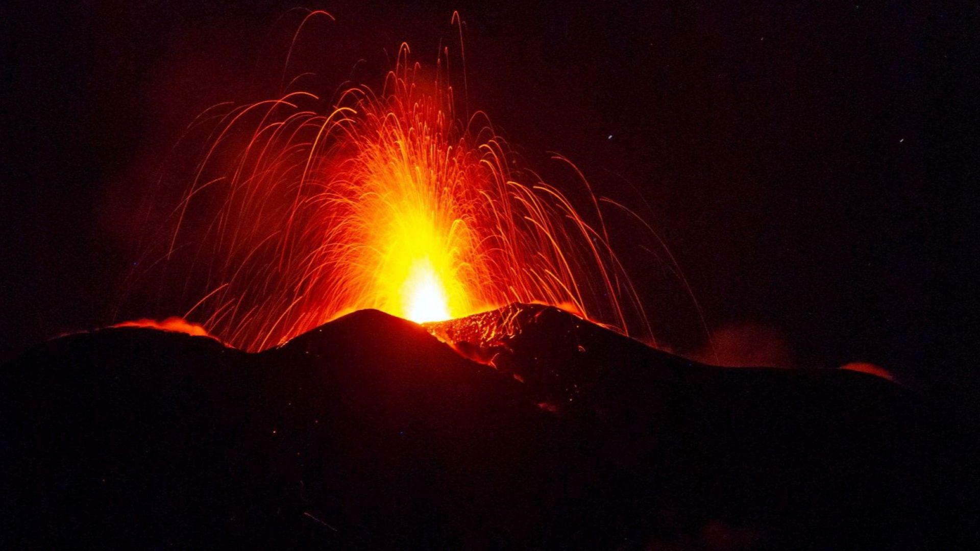 Вулканът Етна изхвърля стълбове лава на 150 метра