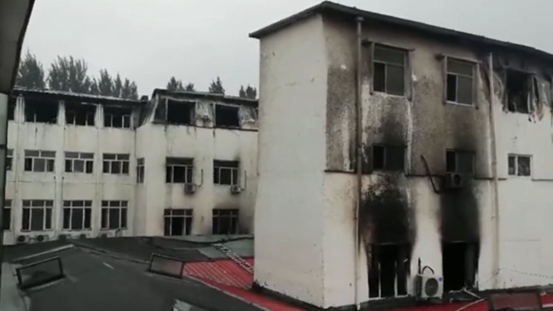 Пожар в спа хотел в Китай, 18 души са загинали (видео)