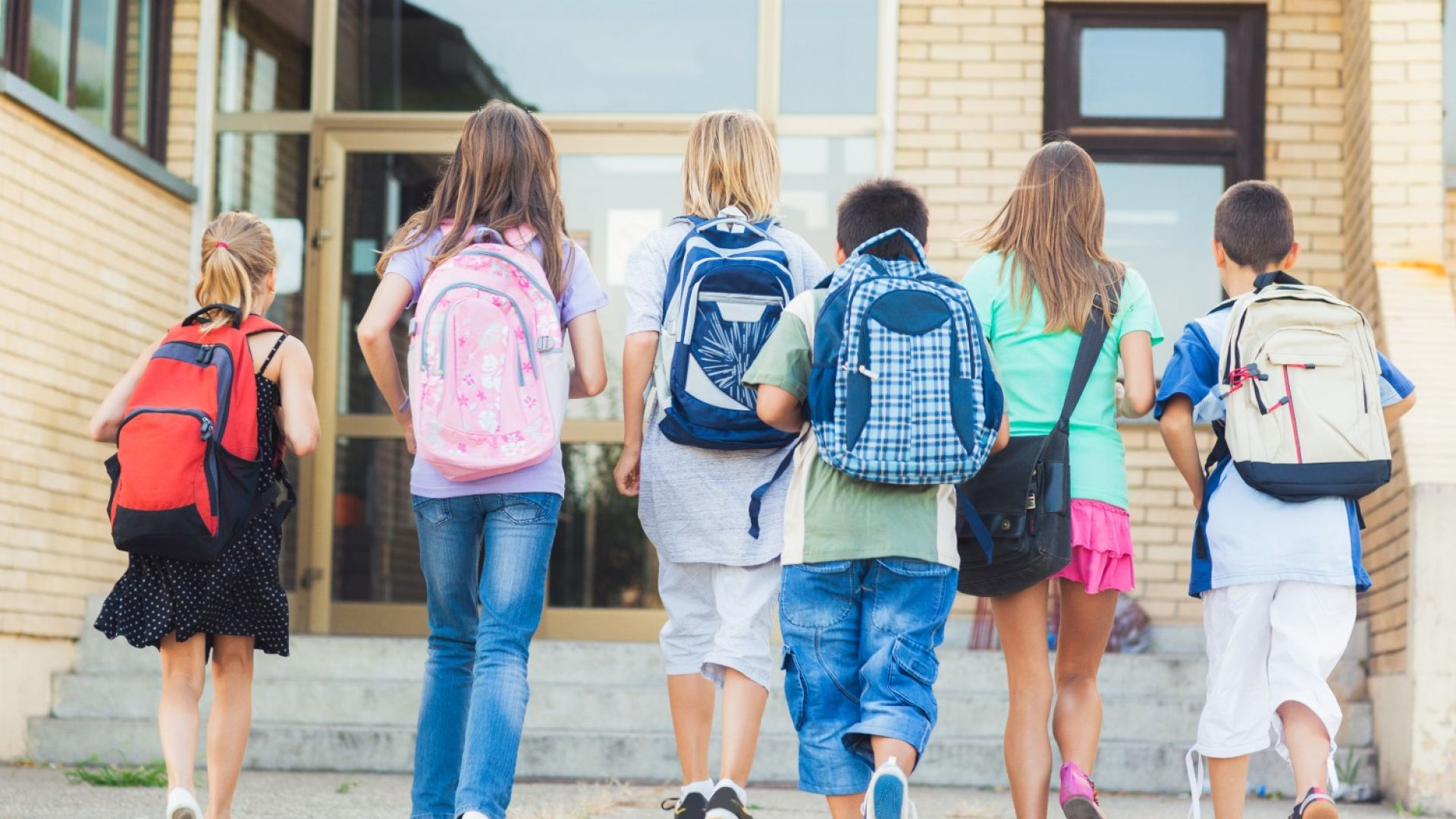 Заради тежките раници: Поставят шкафчета за учениците до VII клас