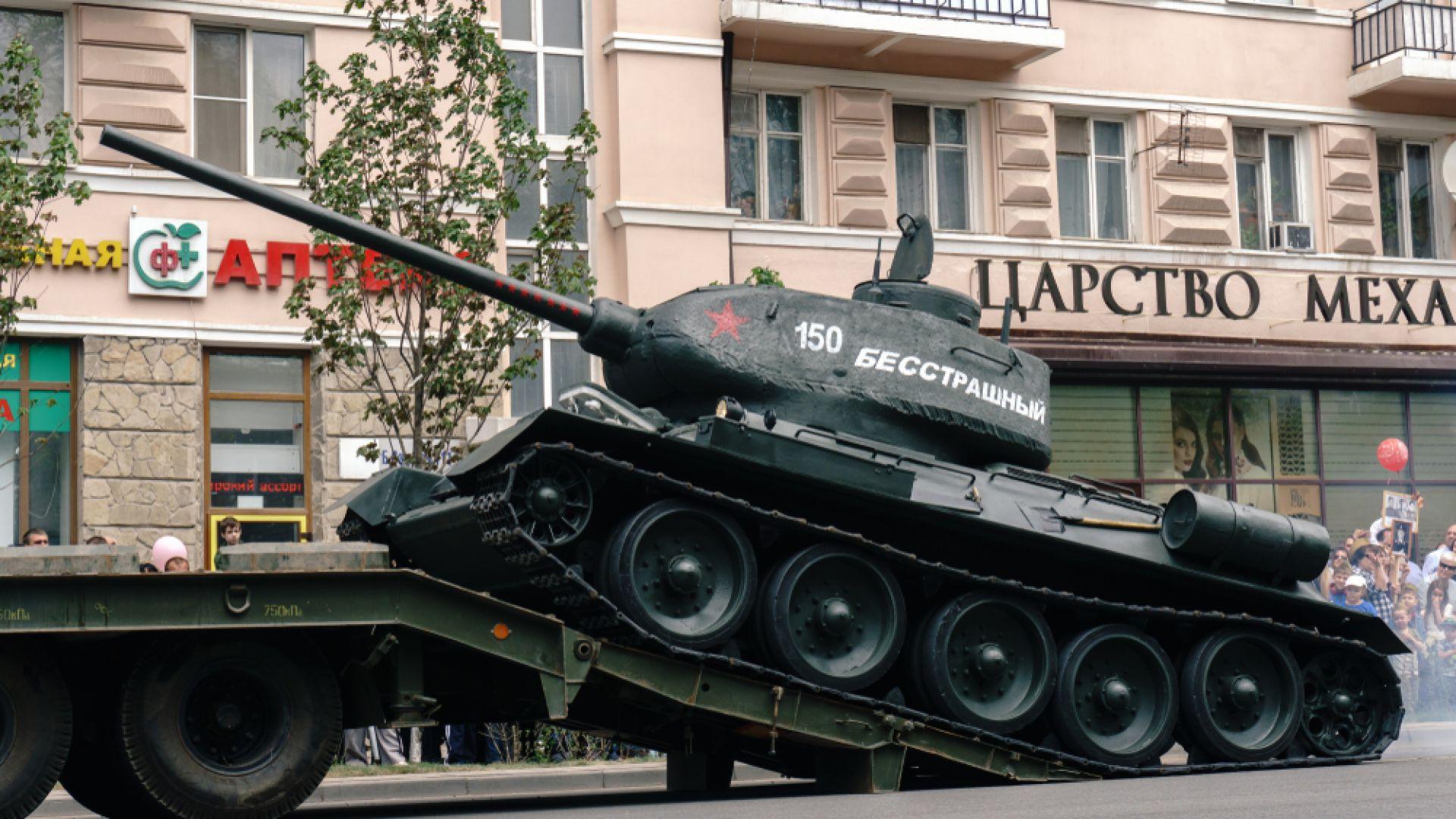 Танк Т-34 се преобърна на парад