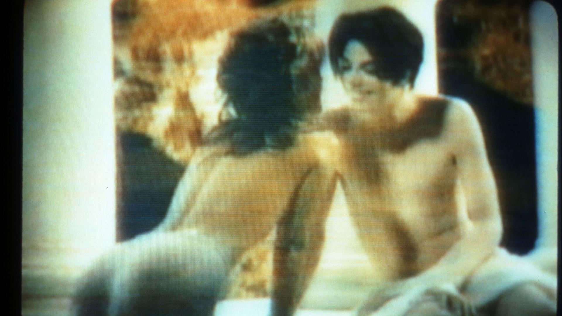 """Майкъл с първата си съпруга - дъщерята на Елвис Пресли Лиса-Мари Пресли, в клипа """"You Are Not Alone"""""""