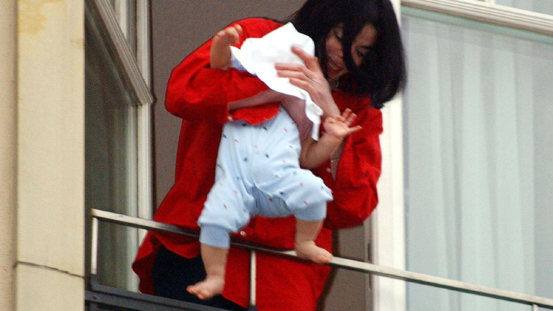 Майкъл предизвика скандал, показвайки сина си Принс Джексън II - Бланкет, през парапета на балкон