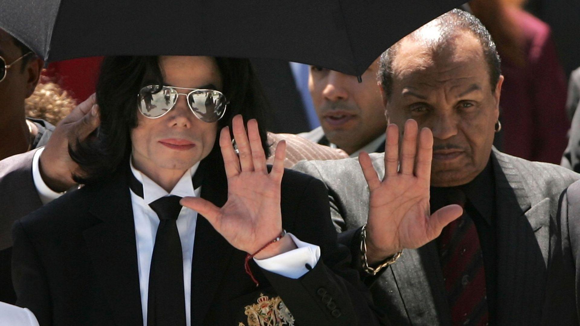 Майкъл и Джо Джексън по време на процеса през 2005 г.