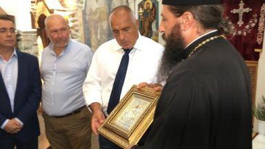 Премиерът инспектира ремонт на манастир край Кърджали, дариха го с икона