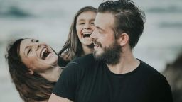 Яна Титова, Александър Алексиев и дъщеря им със стилна фотосесия на морето