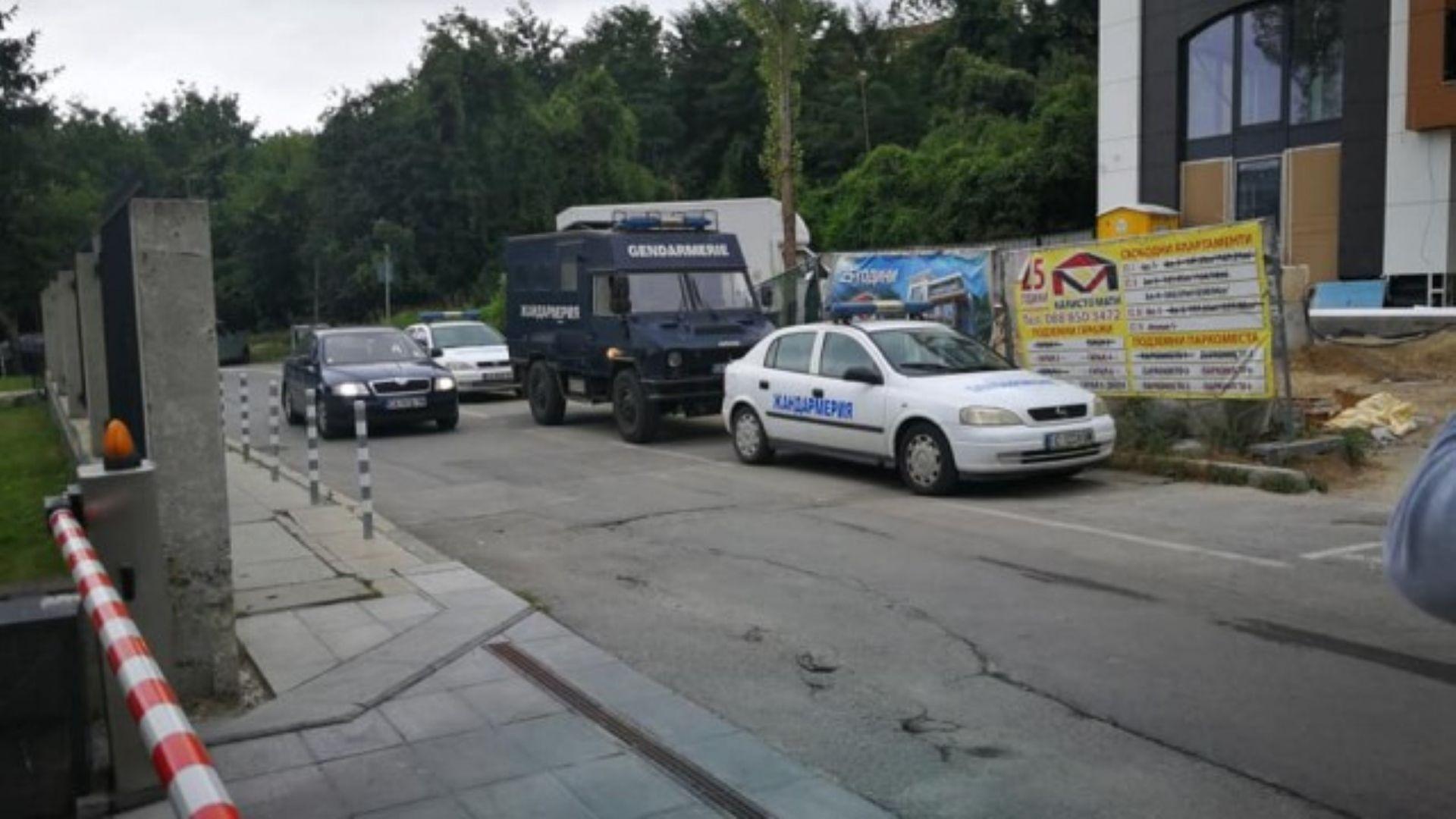 """Разследващи и жандармерия нахлуха в сградата на """"Трейс Груп Холд"""""""