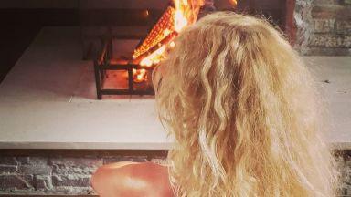 Гала топлес пред камината (снимка)