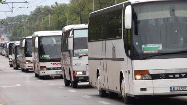 Автобус по линията София-Свети Влас се движи с пукнато предно стъкло