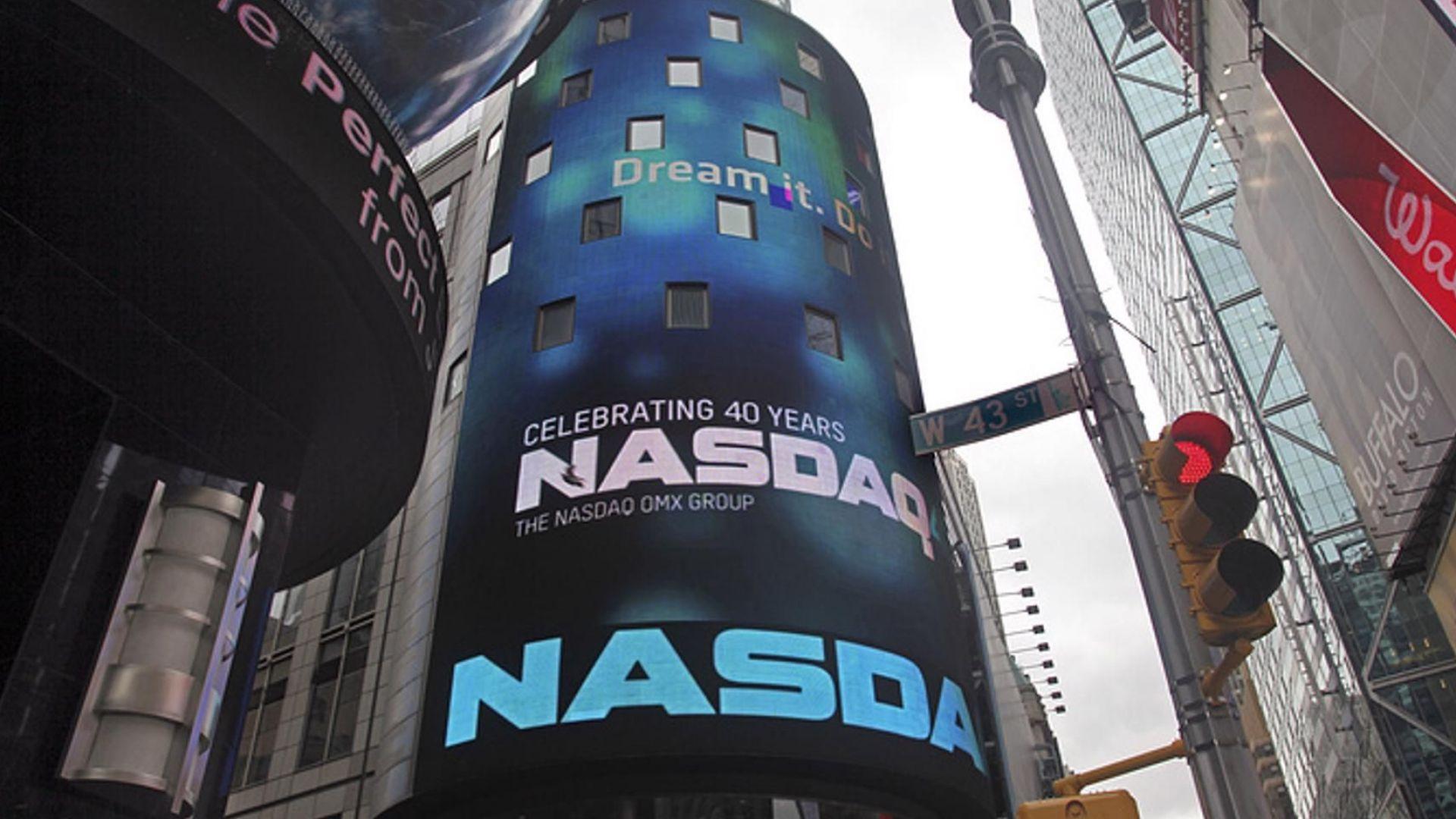 NASDAQ премина границата от 8000 пункта за първи път