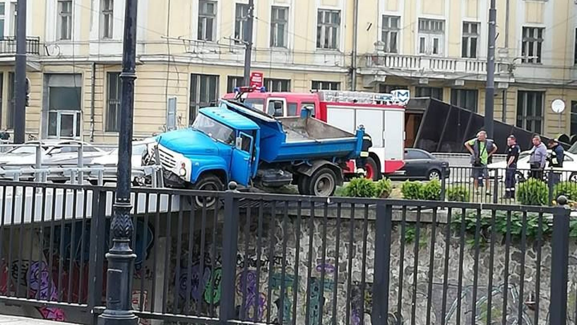 Камион надвисна над реката под Лъвов мост