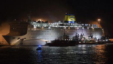 Голям ферибот се запали на гръцко пристанище